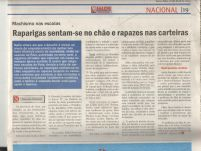 Raparigas sentam-se no chão e rapazes nas carteias_Magazine_ 21 April 2015